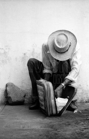 cities-poverty-poor-sad-men-abstract-lifestyles-people-travel-street-life-bus-stop-suitcase-daily-life-men_14496