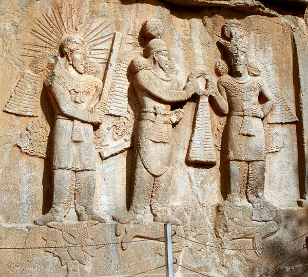 Bas-relief de l'investiture d'Ardashir II - Mithra on the left