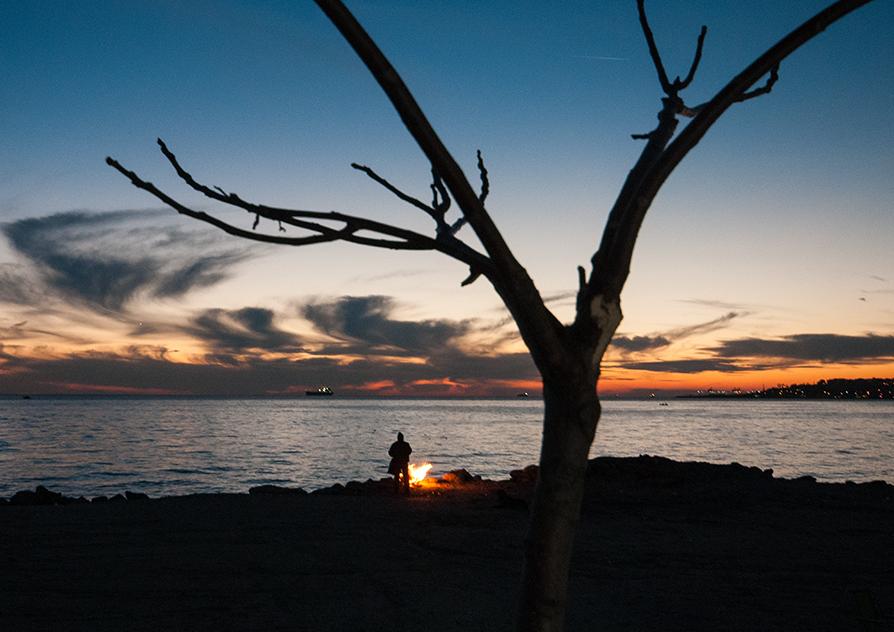 homeless_fire_lone_tree_lake_riverside_alone_look_boat_sail_city_away